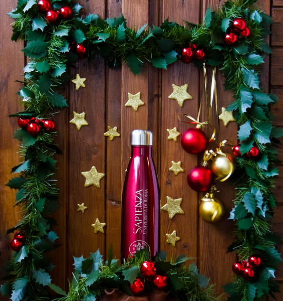 The new Sapienza bottle is red and thermal. For a Sustainable-Sapienza Christmas